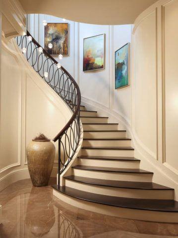 Конфигурацию лестницы повторяет форма декоративной вазы