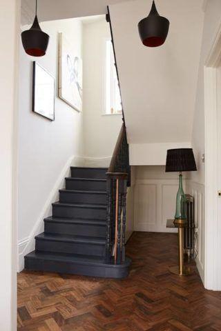 Конструкция деревянной лестницы глубокого серого цвета