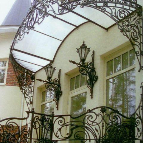 Кованая лестница и кованый козырек над ней