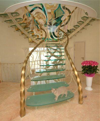 Кованая лестница со стеклянными ступенями