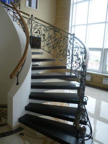 Кованая лестница со ступенями из искусственного камня