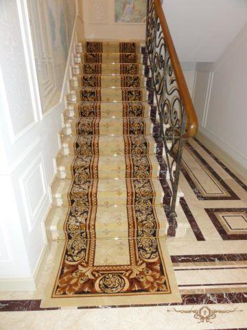 Ковровая дорожка в оформлении мраморной лестницы