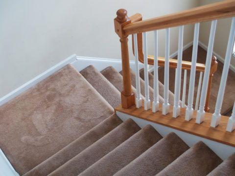 Ковровое покрытие – уютная и красивая отделка на деревянные лестницы