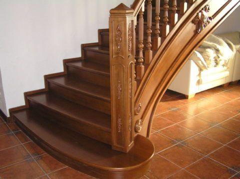 Красивая лестница на второй этаж дома