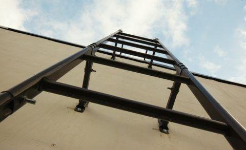 Крепление фасадной лестницы