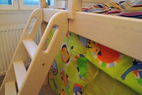 Крепление маршевой лестницы к кровати при помощи петель