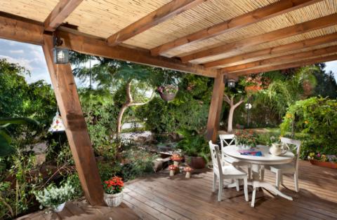Крыльцо и веранда к деревянному дому – великолепное место для вечернего отдыха