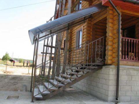 Крыльцо из металла с деревянными ступенями