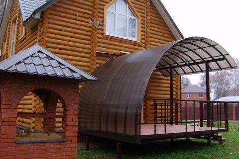 Крыльцо под крышей к деревянному дому