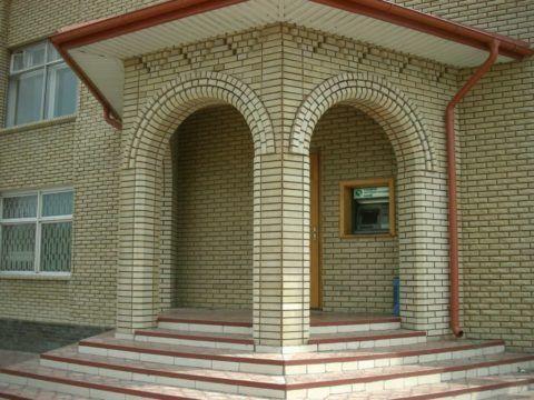 Крыльцо с аркой из кирпича