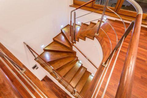 Лестница из натуральной древесины, покрытая лаком