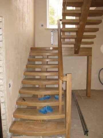 Лестница на одном деревянном косоуре
