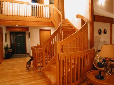 Лестница на тетивах из красного дуба