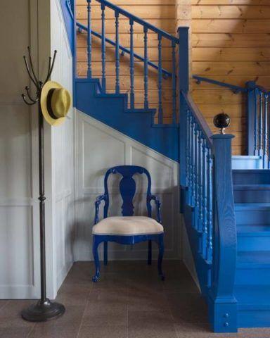 Лестница на второй этаж покраска