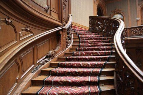 Лестница, покрытая ковровой дорожкой