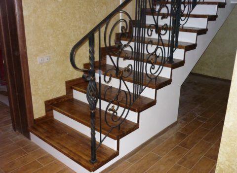 Лестница со стальным каркасом и деревянными проступями подшита гипсокартоном