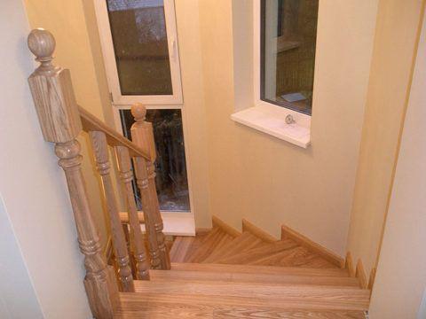 Лестница трапециевидная в эркере