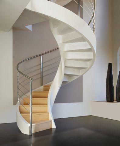 Лестница в холле коттеджа: винтовая конструкция