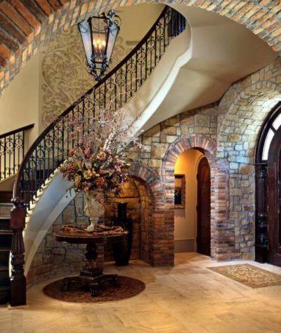 Лестница в просторном холле загородного дома