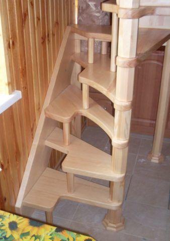 Лестницы в маленьких комнатах на вертикальной опоре
