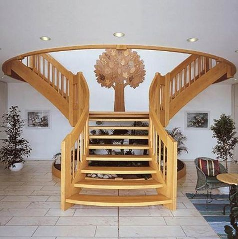 Марш лестницы раздвоился на два, и уходит сразу в две стороны для более удобного подъема на второй этаж