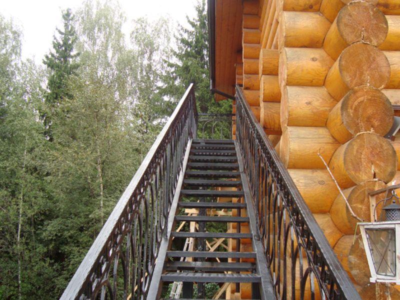 Лестница на чердак с улицы своими руками фото