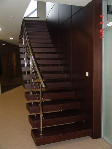 Маршевые лестницы на второй этаж из дуба на больцах