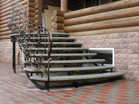 Металлическая лестница с каменными ступенями