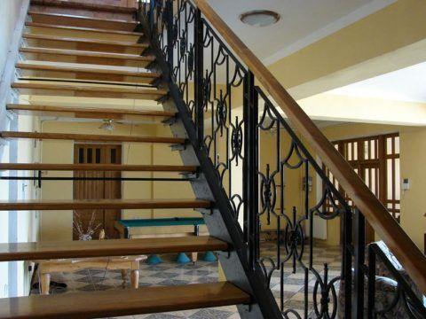 Металлические лестницы внутри дома на второй этаж с деревянными ступенями