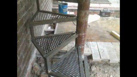 Монтаж винтовой металлической лестницы