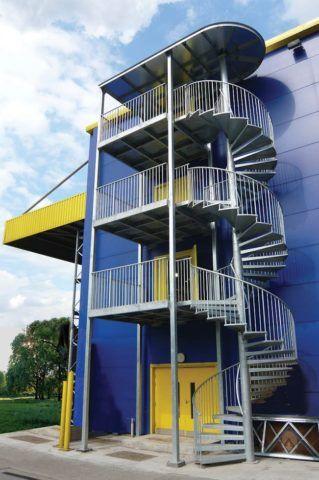 На фото - винтовая лестница для эвакуации