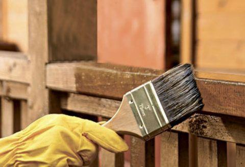 На фото – обработка древесины ЛКМ