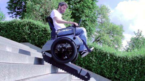 На фото: подъемник для инвалидов по лестнице гусеничный