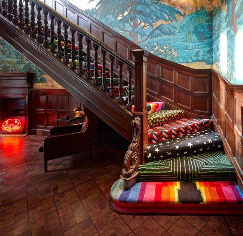 Необычное оформление классической лестницы