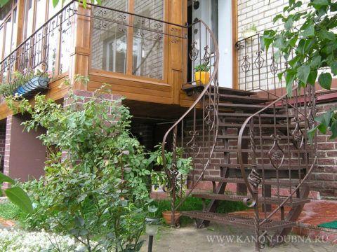 Нескользкие ступени особенно актуальны для наружных кованых лестниц