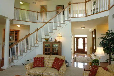 Несмотря на большую площадь конструкции, лестница смотрится легко и ненавязчиво в интерьере гостиной
