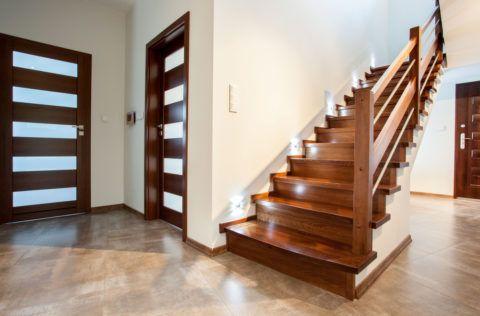 Облицовка палисандром бетонной лестницы