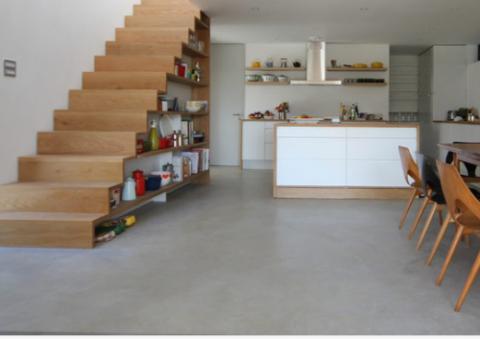 Оформление лестницы на даче можно выполнить в виде открытых стеллажей