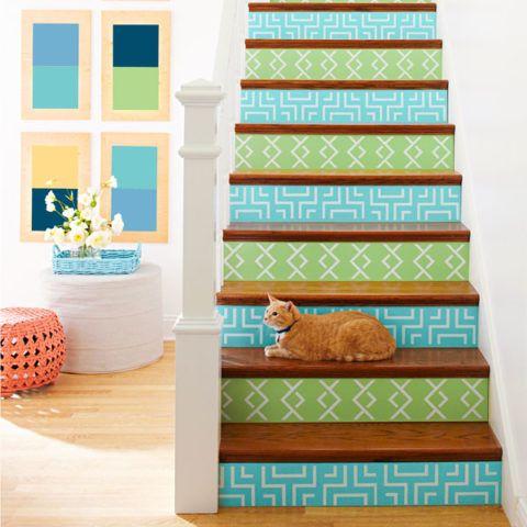 Оформление лестницы яркими орнаментами