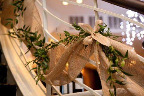 Оформление ограждения лестницы натуральной тканью в сочетании с живыми растениями смотрится изящно и гармонично
