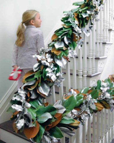 Оформление перил лестницы искусственными растениями