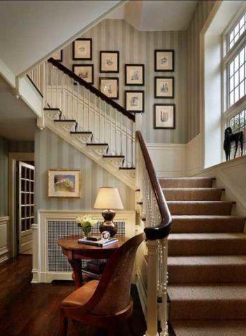 Оформление стены лестницы