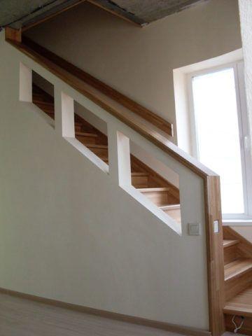 Ограждение лестницы изготовлено из гипсокартона на деревянном каркасе