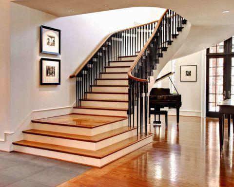 Ограждение лестницы напоминает клавиши рояля