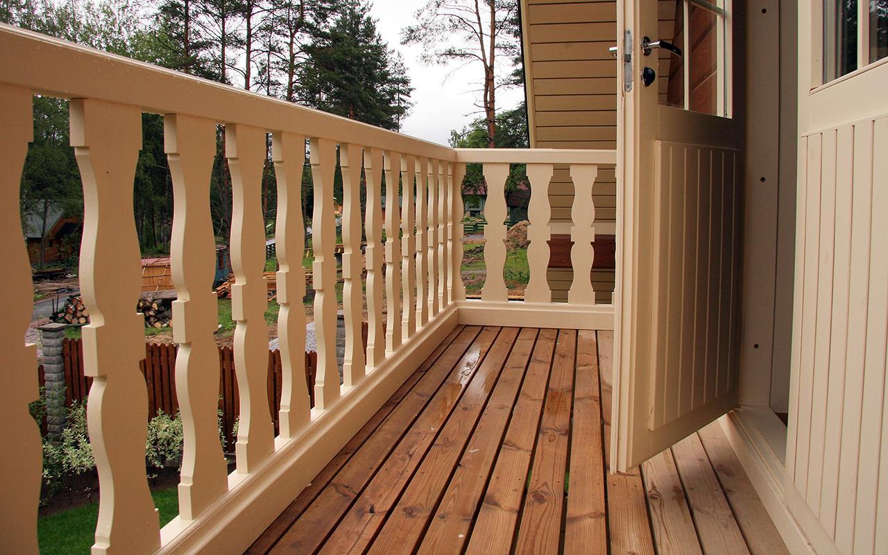 Ограждение деревянного балкона.