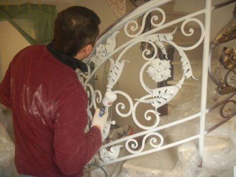 Окрашивание кованых фрагментов лестницы