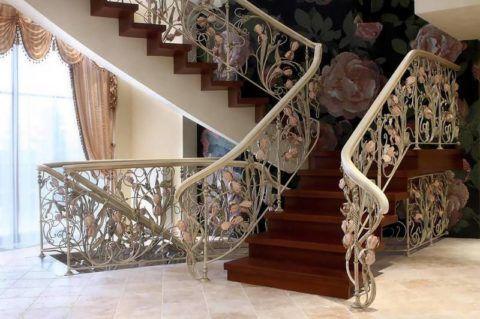 Окрашивание кованых ограждений деревянной лестницы