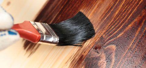 Окраска ступеньки к дому из дерева