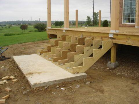 Опорой косоурам, вырезанным из доски, служит бетонная плита