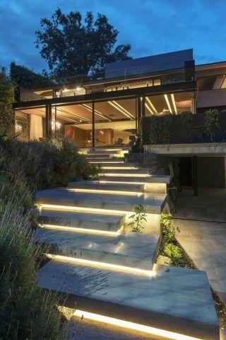 Оригинальные лестницы с освещением